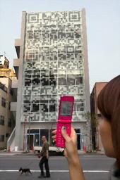 壁面が巨大QRコードのビル